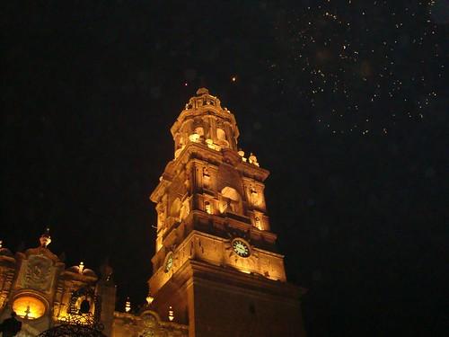 Catedral de Morelia, encendida y fuegos articifiales