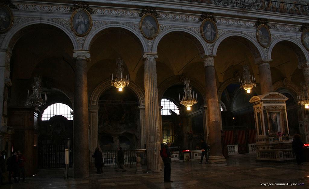 On remarque qu'aucune des 22 colonnes n'est identique : elles ont été récupérées dans les ruines romaines du Forum ou du Palatin.