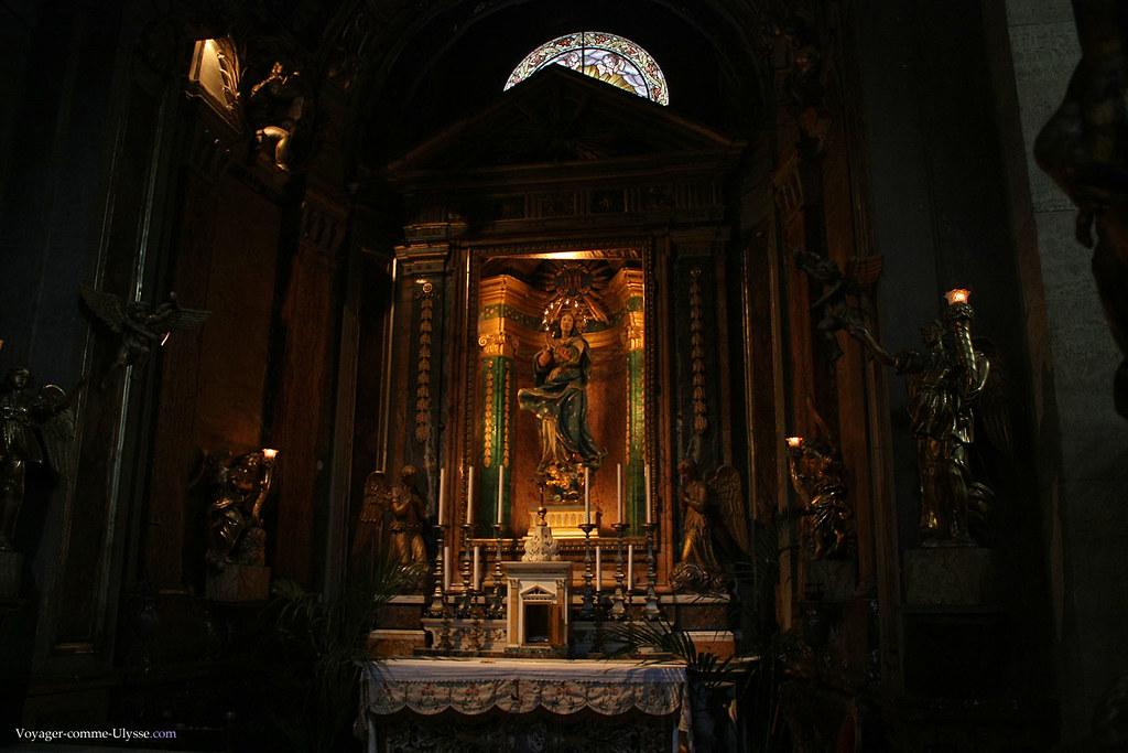 Chaque recoin de l'église est une profusion de statues, de colonnes, d'or et d'art. Ici, la Chapelle de Sainte-Rose-de-Viterbe avec la Vierge du Tiers Ordre de Saint-François