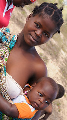 Mother Africa (Big Mico) Tags: africa woman girl donna nikon child mother nero madre mozambique ragazza afrique bambino mozambico d90 neonato
