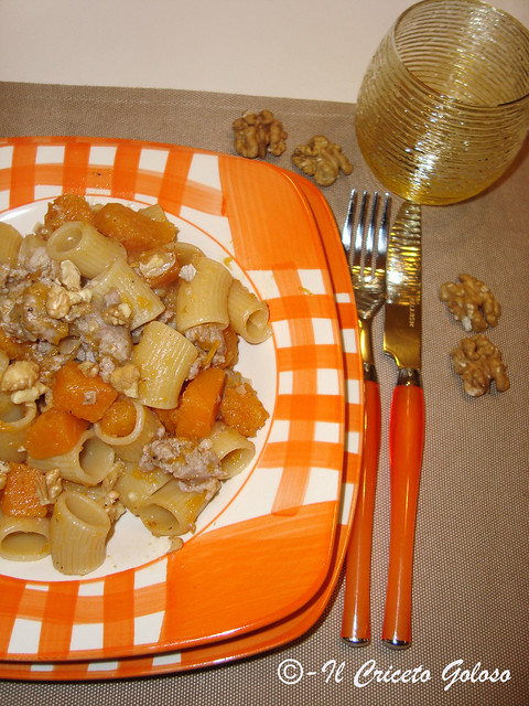 Mezzi rigatoni  con zucca, salsiccia e noci2