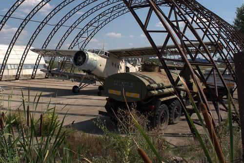 Hangar cu avion si camion