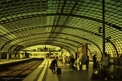 Berlin Hbf (the end) (Pieter Musterd) Tags: berlin station photoshop canon germany deutschland raw gare perron platform bahnhof railwaystation hauptbahnhof 5d nik duitsland bahnsteig berlijn berlinhauptbahnhof colorefexpro berlinhbf pietermusterd photoshopcs4 canon5dmarkii