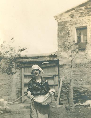 Carmen Bellido en el corral de su casa