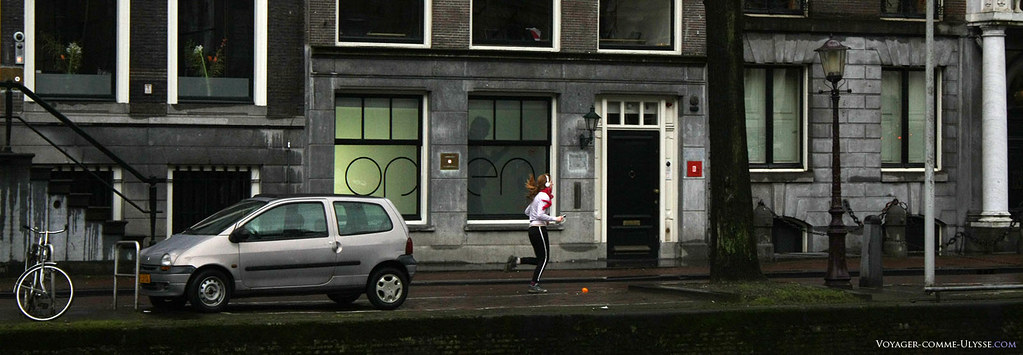 Jeune fille faisant son footing le long d'un canal d'Amsterdam