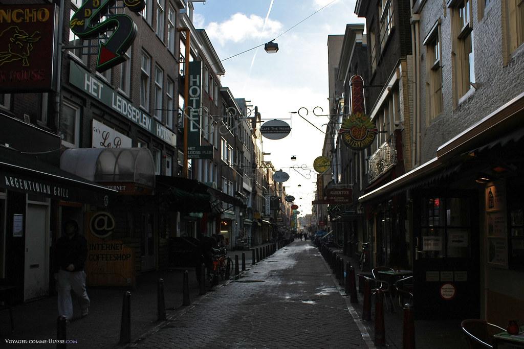Une des rues du quartier Leidseplein, connu pour son intense vie nocture et ses nombreux petits bars et restos.