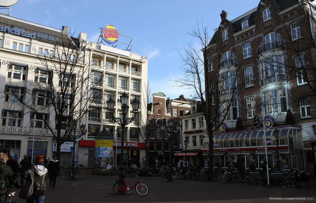 Un Burger King! Mais pour prendre un petit déjeuner, nous avons préféré un bar hollandais, où nous avons pu manger des pancakes à Leidseplein