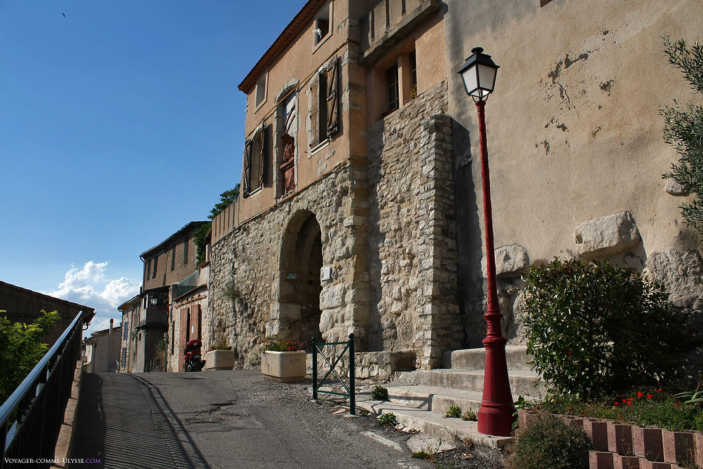La porte Bassac, une des entrées médiévales de la ville. L'ancienneté de ces vieux murs de pierre remonte souvent au Moyen-âge. Nombre de maisons ont été construites en utilisant l'ancienne muraille.