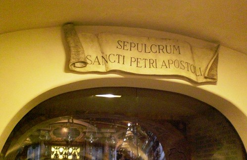 Inscripcion en la puerta del recinto de la tumba de San Pedro