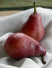 autumn pear varieties 005 (mary (anemone, honey)) Tags: autumn fruit pears redbartlett pearvarieties