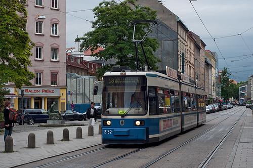 Wagen 2162 fährt hingegen planmäßig und wird in wenigen Minuten am Stiglmaierplatz in die Brienner Straße abbiegen