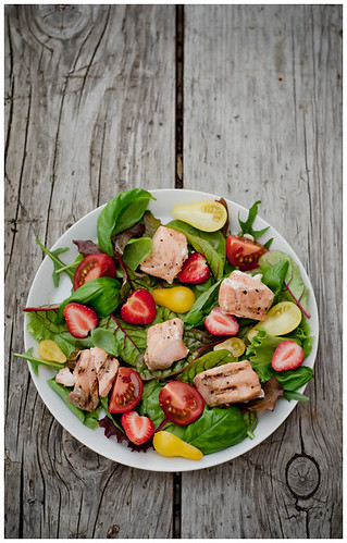 Simple summer salad with grilled salmon by Tassike.ee - Marju Randmer