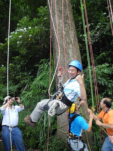 環保署長沈世宏的攀樹初體驗。