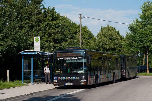 Kompliziert ist die Haltestelle »Franz-Sperr-Weg« mit Gelenkbussen anzufahren — dem Buszug gelingt das mühelos.