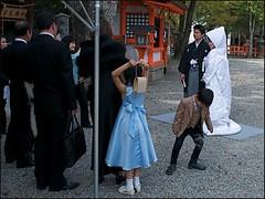 La Marie tait en Blanc (Christian Lagat) Tags: japan kids children kyoto shrine photographer married  enfants tradition japon photographe sanctuaire maris  nikkor1855mmf3556 costumetraditionnel nikond90