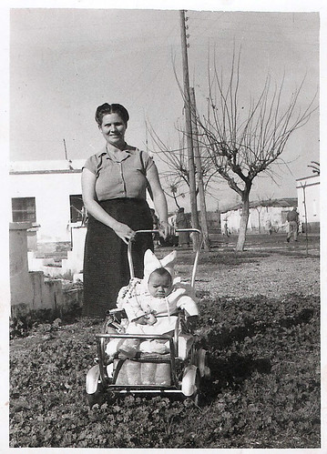 Carmen Sanchez paseando en cochecito a su hijo Javier
