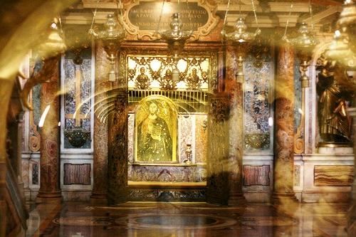 Frente a la tumba de San Pedro