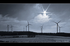 Fuchskaute (Sebastian.Schneider) Tags: schnee winter blackandwhite bw sun white mountain snow black nature monochrome berg backlight landscape deutschland highlands scenery outdoor country hill natur scene land getty sw sunburst monochrom schwarzweiss landschaft sonne windturbine gettyimages gegenlicht rheinlandpfalz mountainrange willingen sunstar windturbines westerwald windpark mittelgebirge fuchskaute sonnenstern