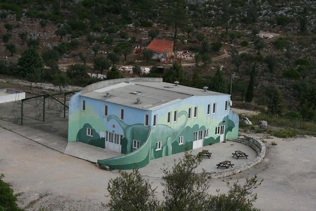 Budynek obok dinko-odcisków