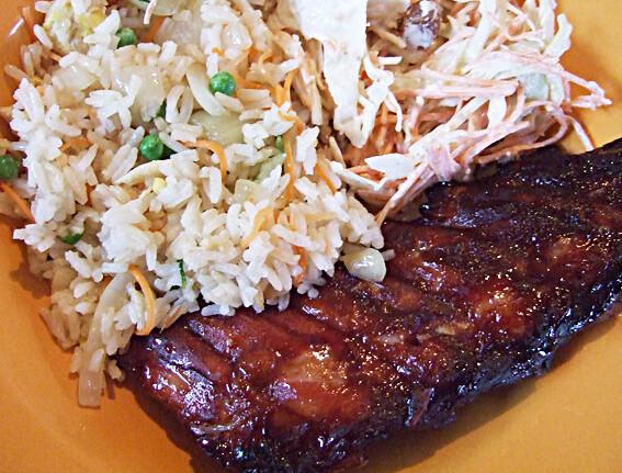 Gebakken rijst met sticky sparerib en coleslaw