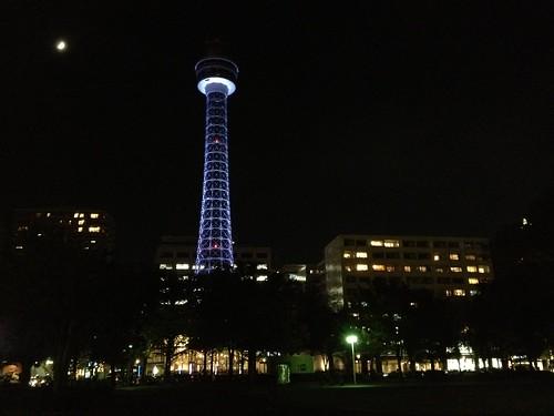 月と横浜マリンタワー