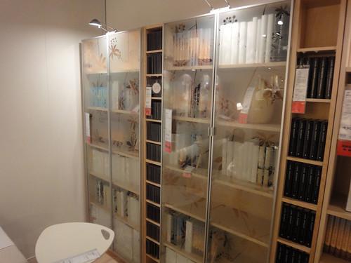 薄らと柄の入ったガラス扉の本棚と題した写真
