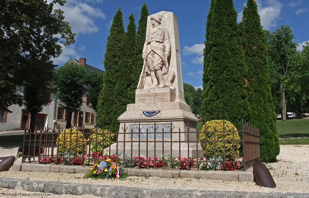 Monument aux morts, commémorant les combattants de la Première Guerre Mondiale. C'est un travail du sculpteur berrichon François Emile Popineau.