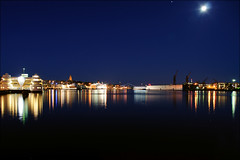Moonlight over Gothenburg (johanbe) Tags: city morning blue moon night gteborg lights star nikon long exposure gothenburg trails clear le d90 nikond90