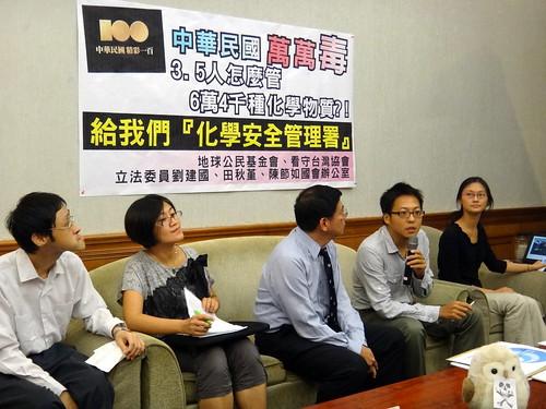 地球公民基金會呂翊齊(執麥克風者)「台灣屬於高度使用化學物質的國家,但管制人員卻不夠多。(圖片來源:地球公民基金會)