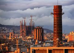 xemeneies, teulades, torres i grues (Seracat) Tags: barcelona urban bcn tres sagradafamilia barcelons xemeneies seracat