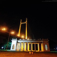 James Prinsep's Memorial and Second Hooghly Bridge (Sukanta Maikap Photography) Tags: street india streetphotography suspensionbridge kolkata atnight calcutta westbengal hangingbridge princepghat secondhooghlybridge lifeonstreet tokina1116f28 canon450dtokinaatxprosd1116mmf28ifdx