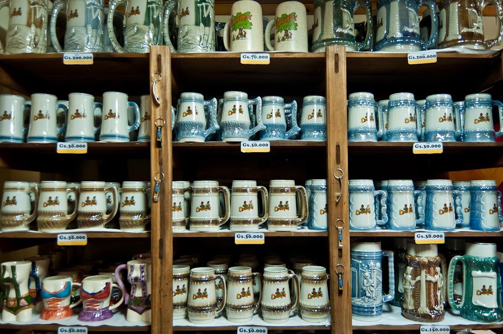 Manijas de distintos precios son vendidas en el local de venta de souvenirs del Club Alemán de Colonia Obligado en la noche del sábado 12 de Noviembre. (Elton Núñez)