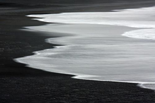 Black sand beach ... by Zé Eduardo...