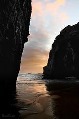 la cita a ciegas entre el momento y la oportunidad (RalRuiz) Tags: espaa luz mar sombra galicia amanecer lugo acantilado rocas reflejos dorado ribadeo cantbrico playadelascatedrales praiaascatedrais