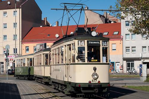 Am Zielschild wurde etwas geschummelt: Das Trafowerk wird Wagen 877 von der Frankenstraße aus nicht erreichen. Der Abzweig zum Betriebshof liegt wenige Meter davor.