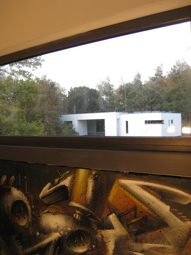 Bauhaus Deluxe mit einem echten SEAK auf dem Sichtbeton