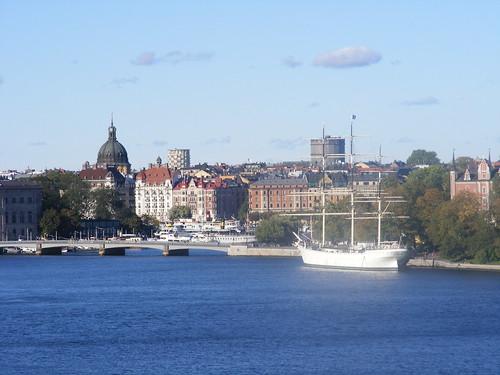 Djurgarden, a la derecha con el barco, y Östermalm al fondo. Foto tomada desde Södermalm.