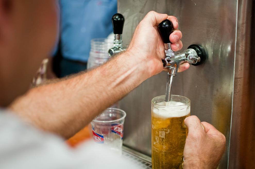 Un asistente sirve cerveza en una manija en la 3ra noche del Chopp Fest de Colonia Obligado, en total se consumieron 13.000 litros de cerveza chopp. (Elton Núñez)
