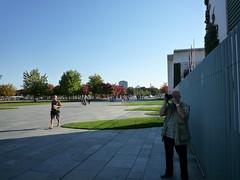50327 Wir haben einfach einen (golli43) Tags: berlin hauptstadt brandenburgertor kunstwerk feiertag regierungsviertel rummel parlamentderbume tagdereinheit absperrungen festmeile