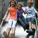 Kinder auf der Rutsche