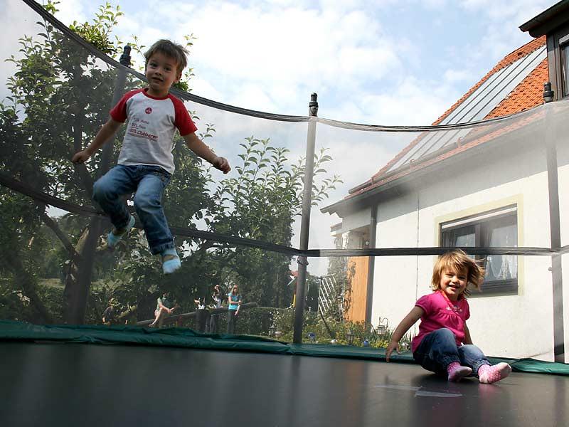 Ferienwohnungen Miehling - Kinder auf dem Trampolin