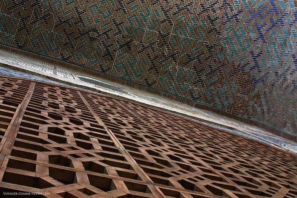 Le travail du bois et de la céramique sur cette porte est remarquable. Les motifs purement géométriques, sont de toute beauté.