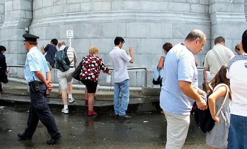 Peregrinos recogiendo agua