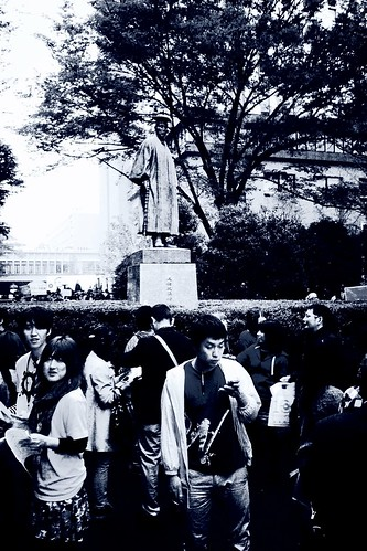 「早稲田祭2011」 People in front of Shigenobu Okuma statue