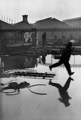 """""""Derrière la Gare de Saint Lazare, Paris, 1932"""" (Henri Cartier-Bresson)"""