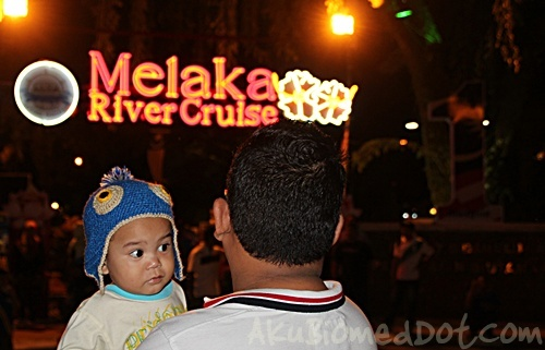 Menunggu pembelian tiket Melaka River Cruise