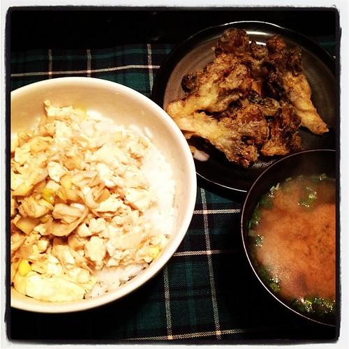 豆腐ぶっかけ丼とスーパーで半額だった舞茸の天ぷら。