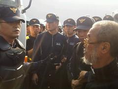神父Moon Kyu-Hyun向警方抗議。照片來源:thinkunit