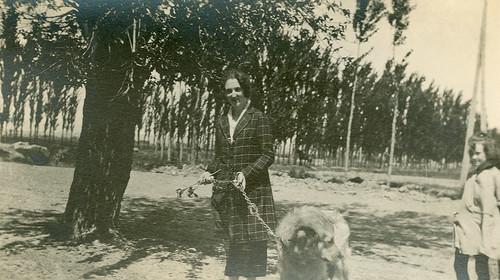 Carmen Bellido paseando con su perro
