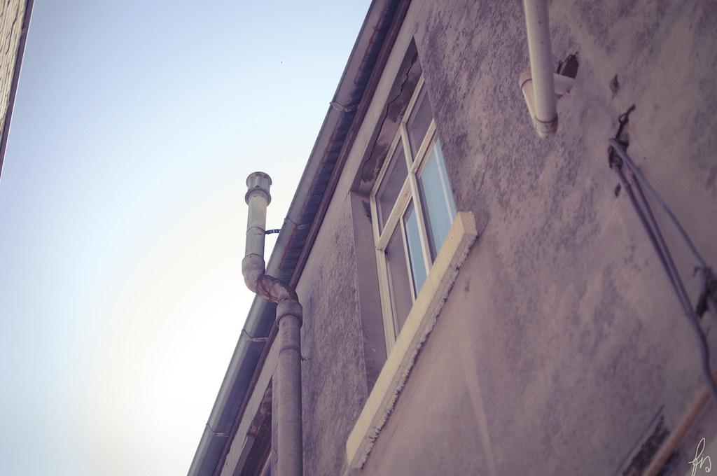 ett stycke fönster och ett stycke himmel